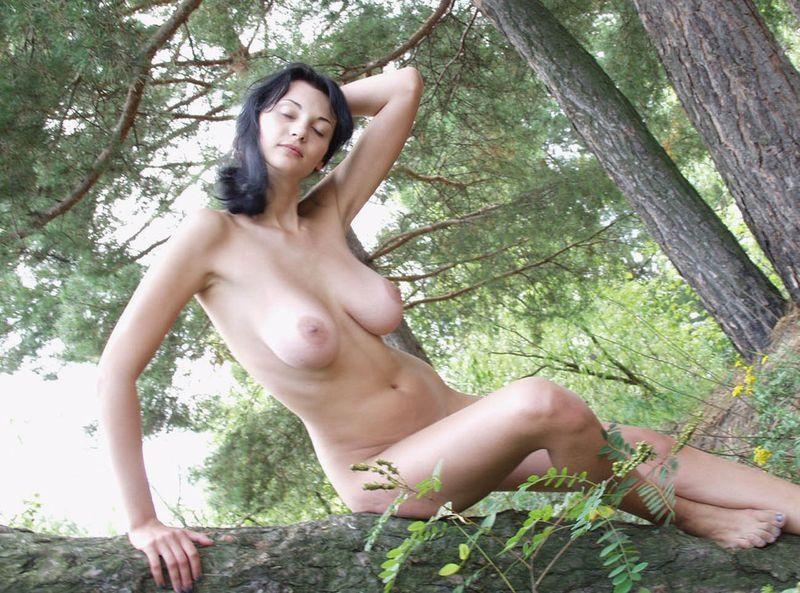 golie-zrelie-babi-na-prirode