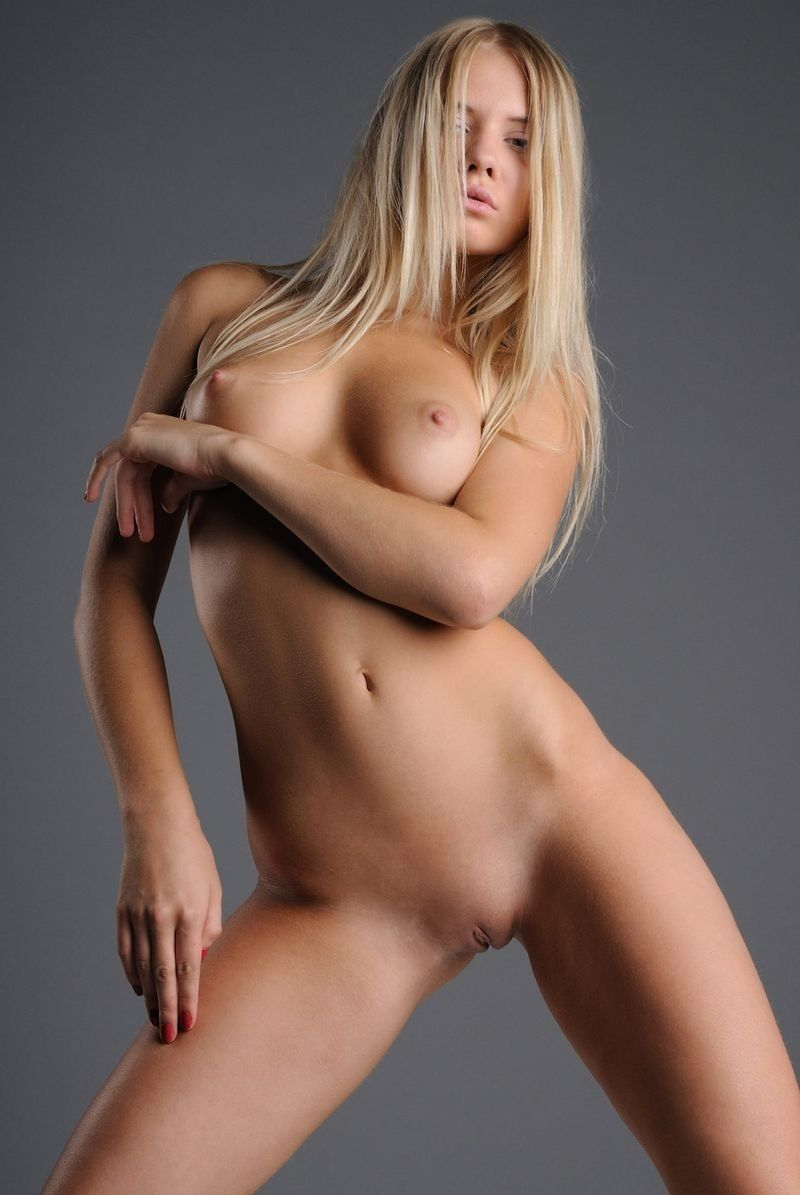 Does Cute blonde young girl model