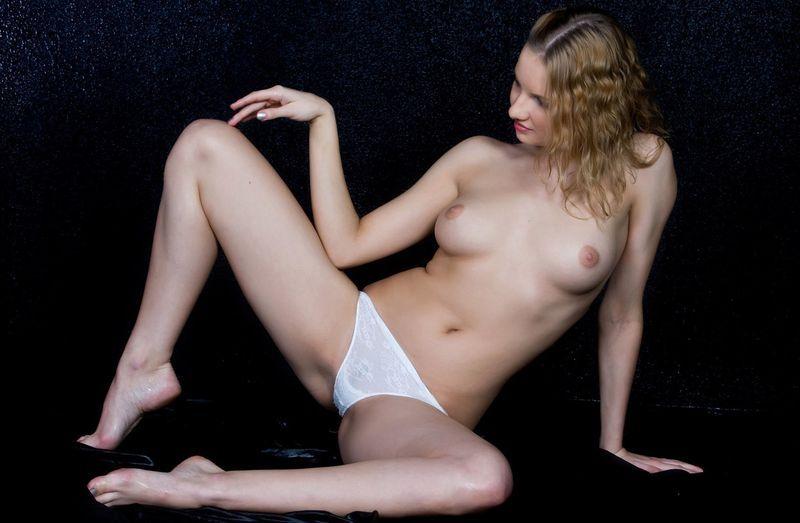 голая в белых трусиках фото