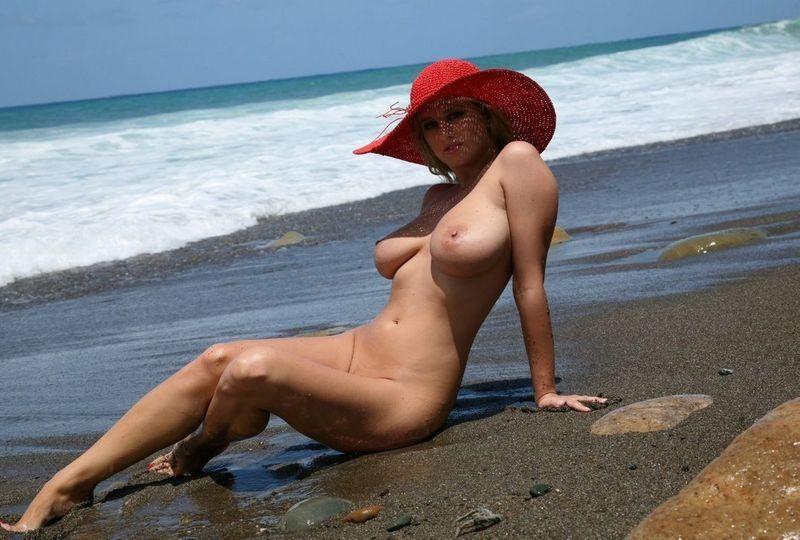 фото старых женщин на диком пляже