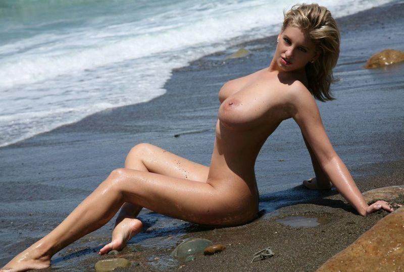 городе девушки на пляже с большой грудью что она