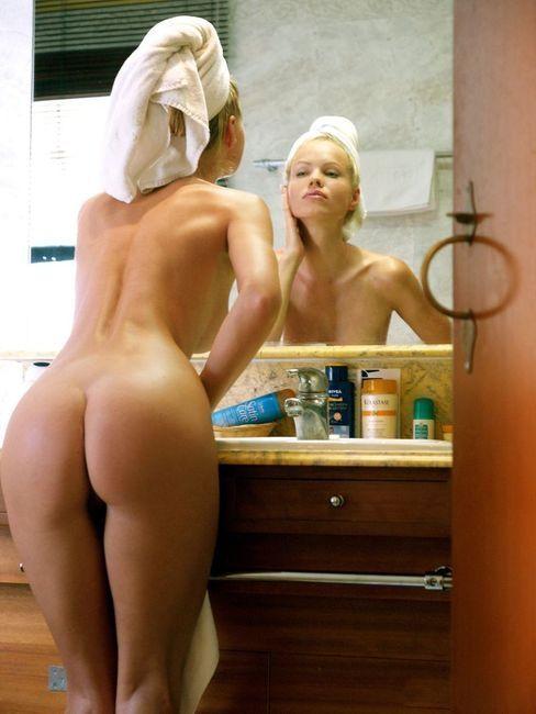 golie-blondinki-v-vannoy