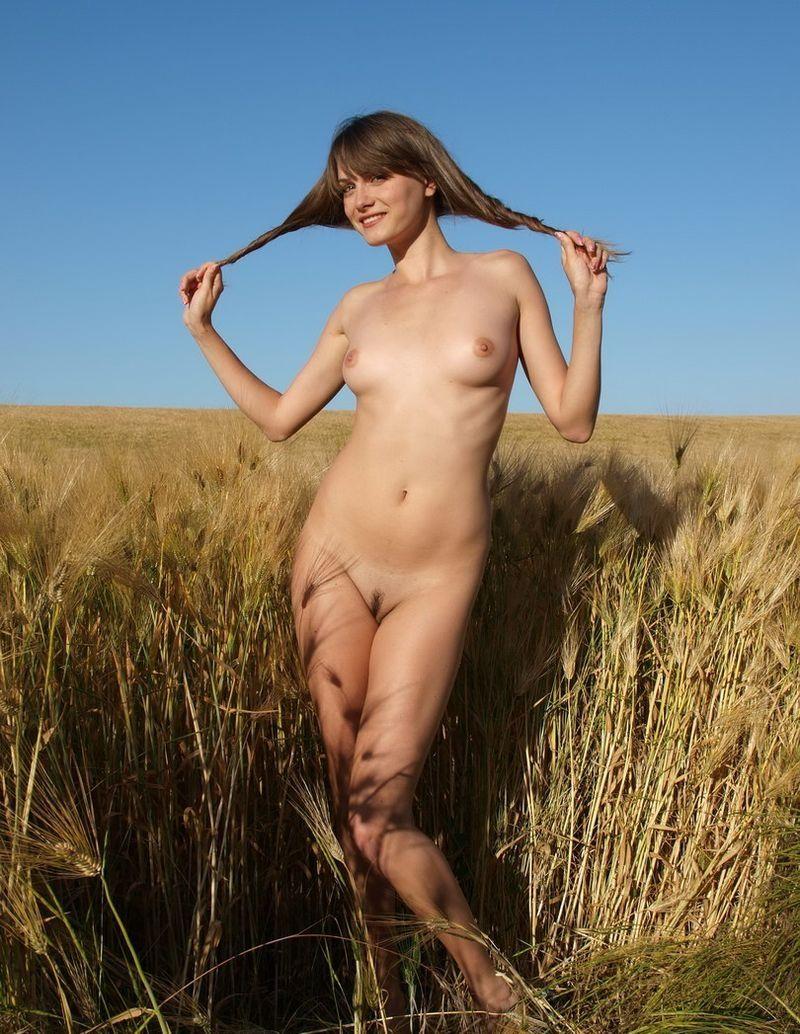 молодые девушки голые позируют на природе фото