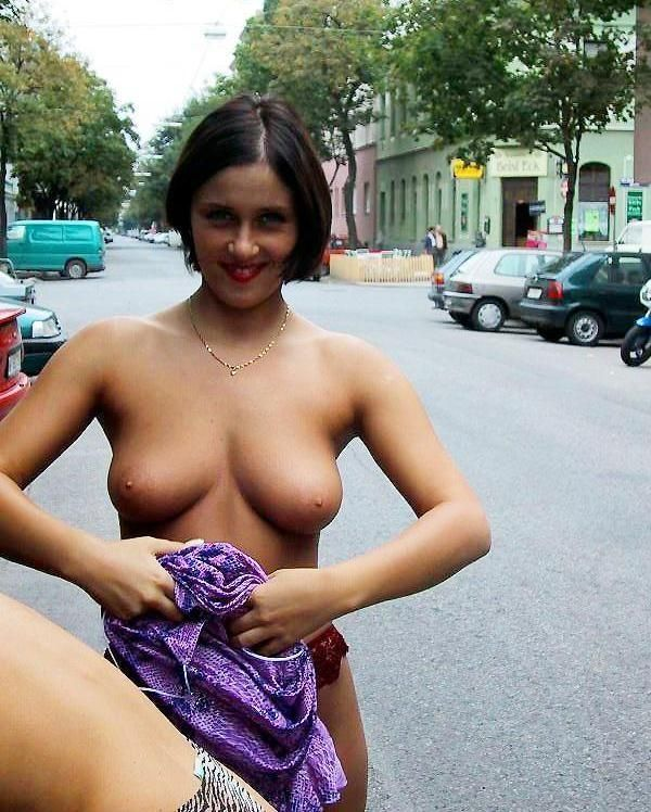 naked exhibitionistic girls reveal in public