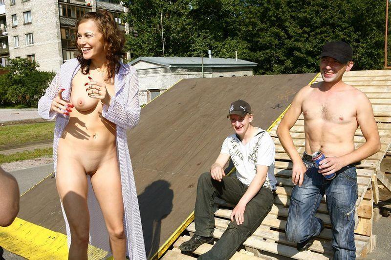 фото чужие жены на публике приготовила сюрприз сняла