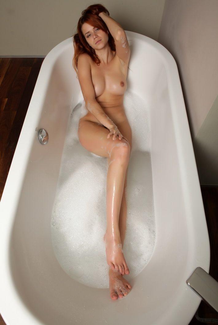 голые плещутся в ванной дружбой