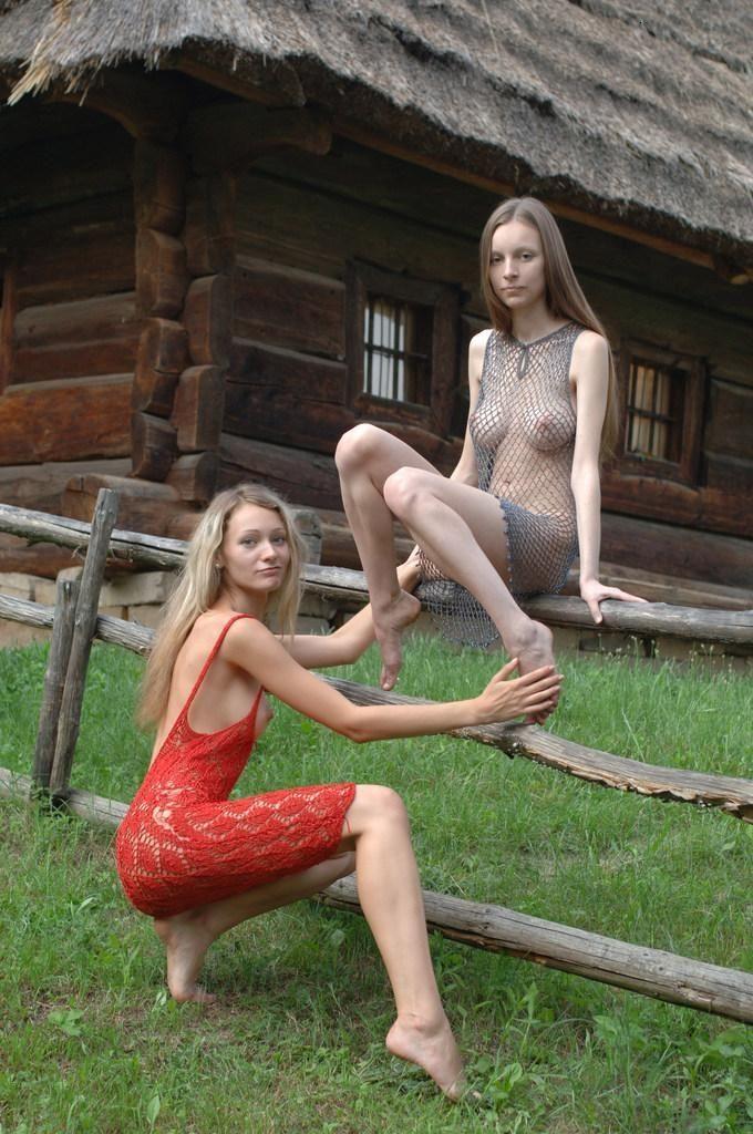 молодые голые как развлекают себя деревенские девушки фото можете только