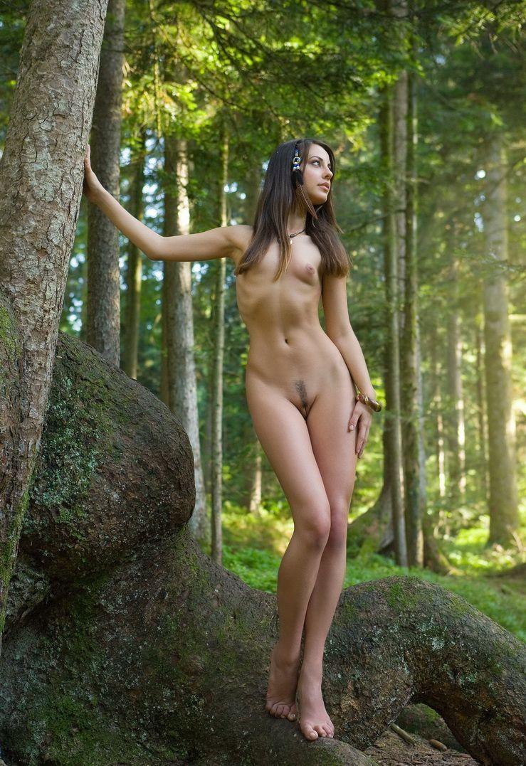Голая одна в лесу
