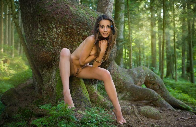 www приключения голой девушки в лесу фото