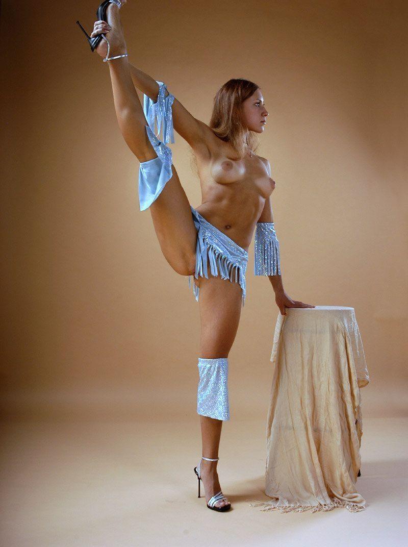 Клиенткой девушка гимнастка показала свои прелести облегающие попку шорты