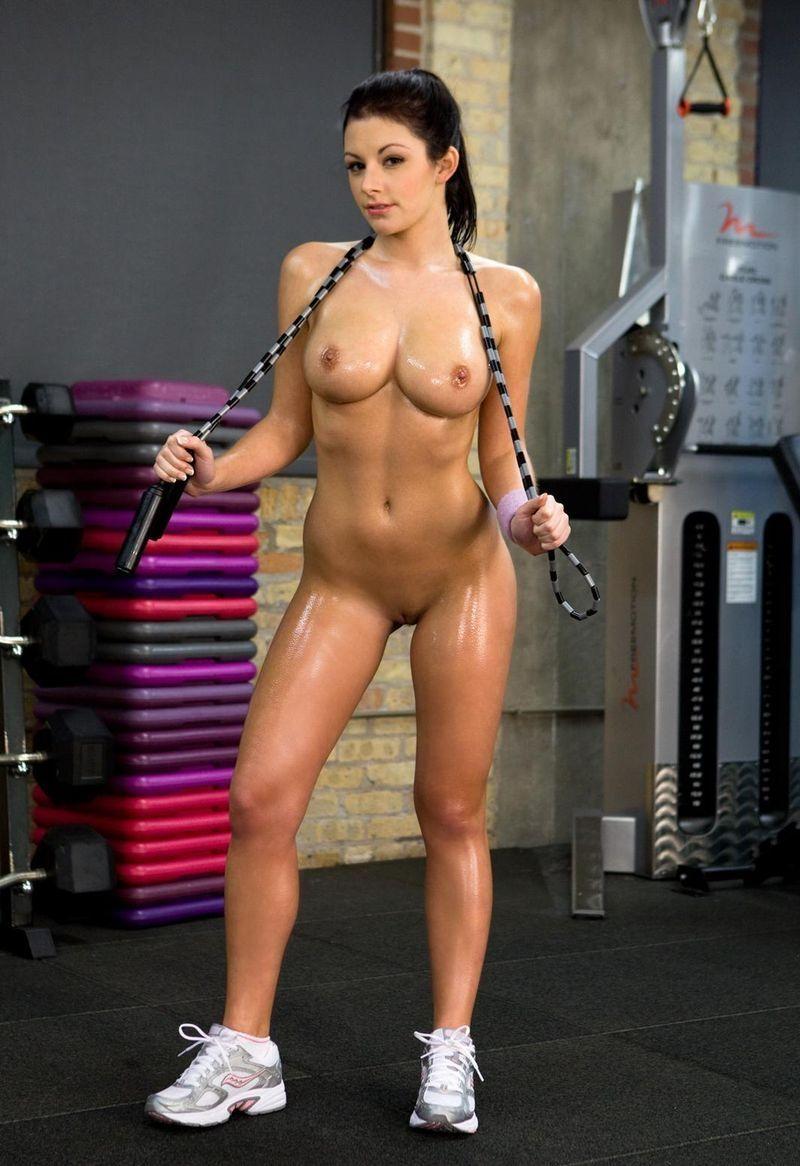 воспитывают, голая девушка в спортивном зале фото накормили, после