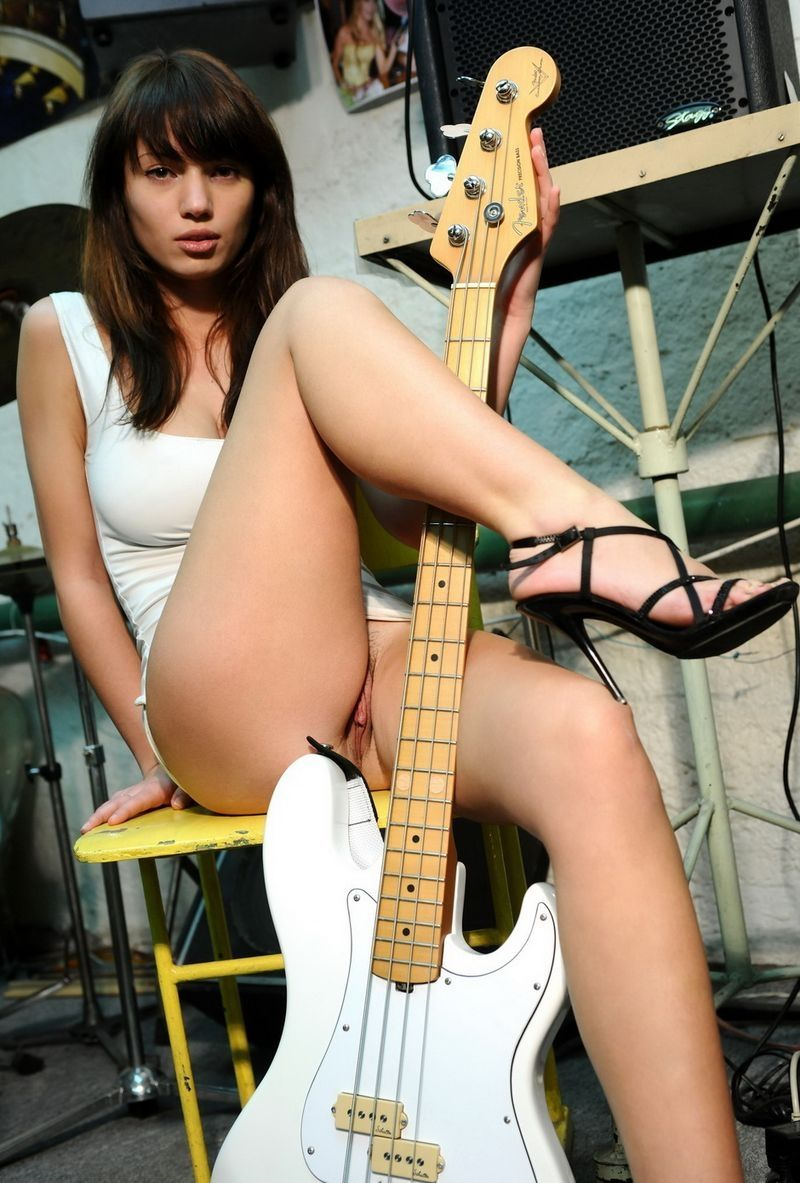 butt-babe-hot-completely-naked-girls-playing-the-guitar-breast