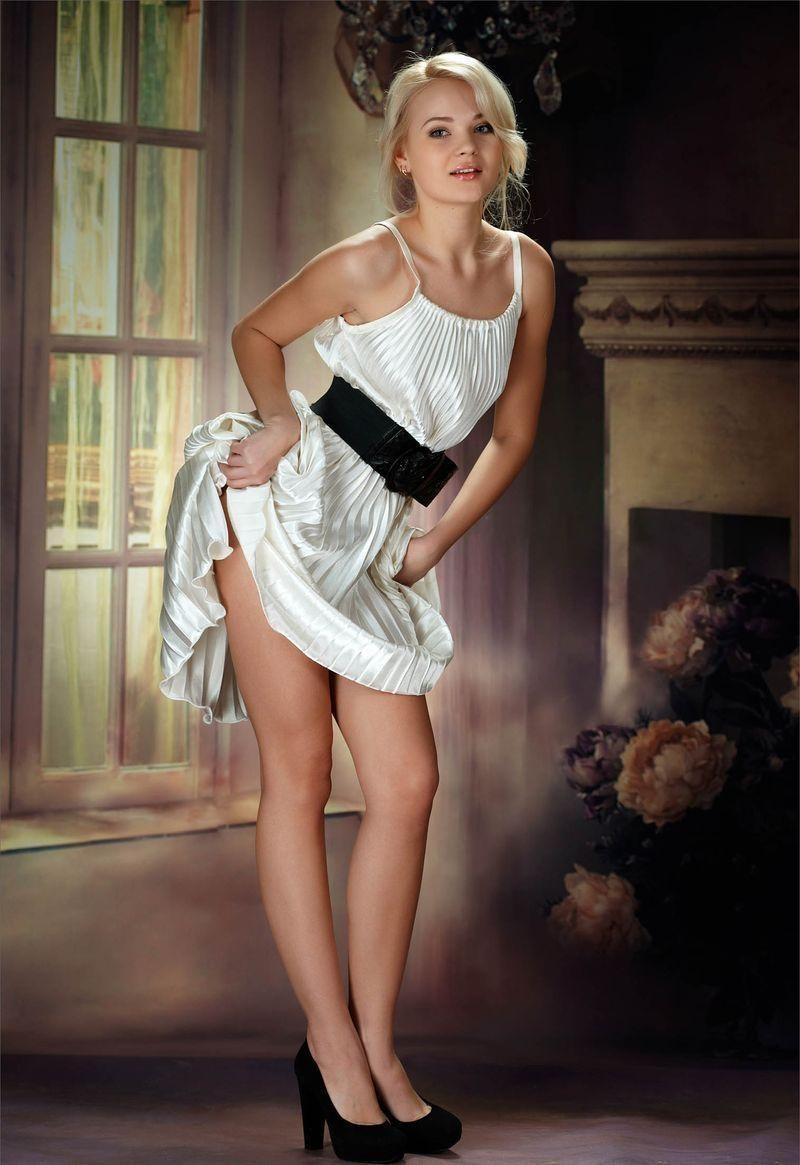 Девушка снимает платье на фотосессии