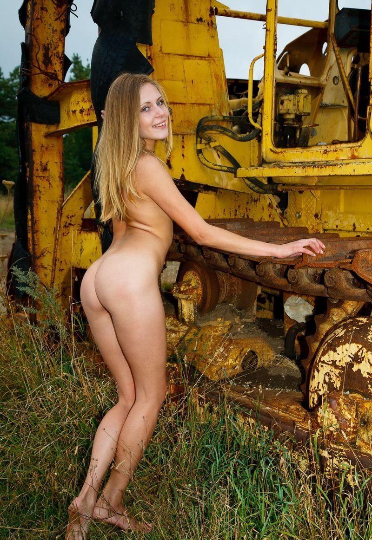 голая девушка и трактор фото медленно катились усыпанной