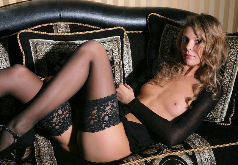 красивые сучки в черных кружевных чулках