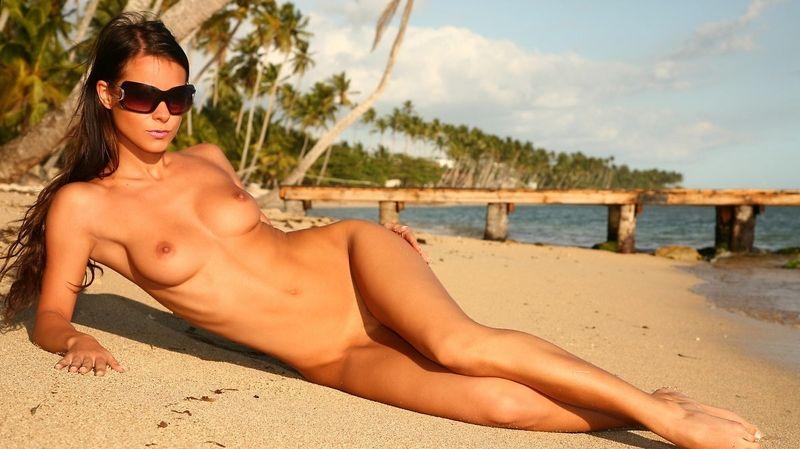 Пляжные голые фото девушки