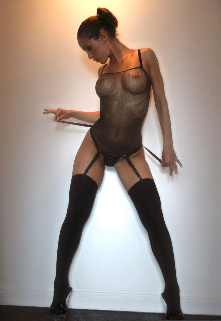 фото девушек в сеточке на голое тело