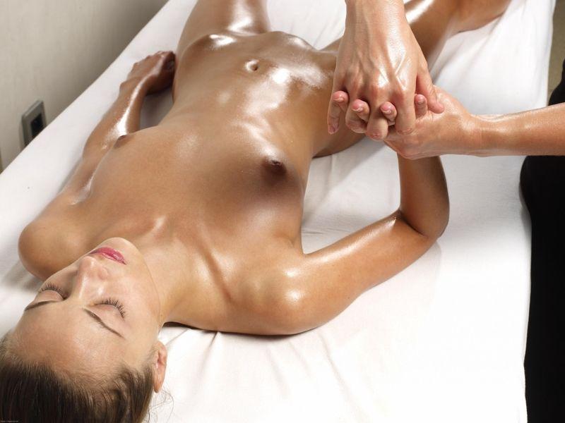 devushki-v-masle-delayut-massazh