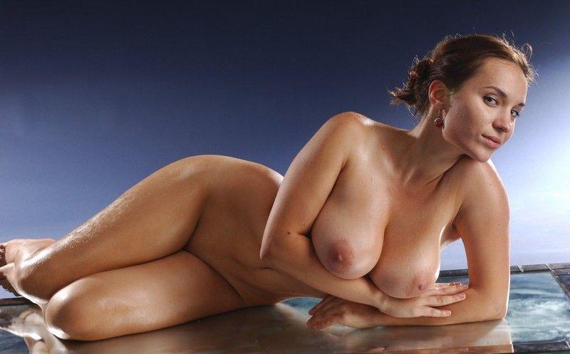 Девушка позирует с большой грудью дома ребекка