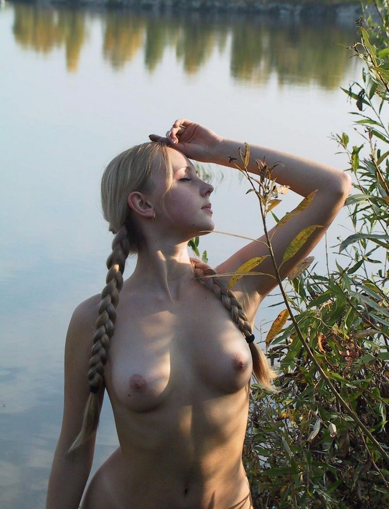 pomoshnikami-samie-krasivie-obnazhennie-devushki-mira-s-kosichkami-foto