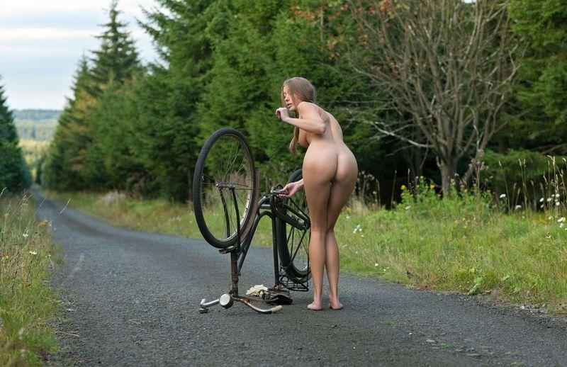 девушка на велосипеде голая фото