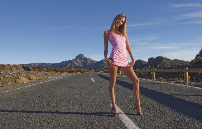 Длинноногая соска на дороге — pic 6
