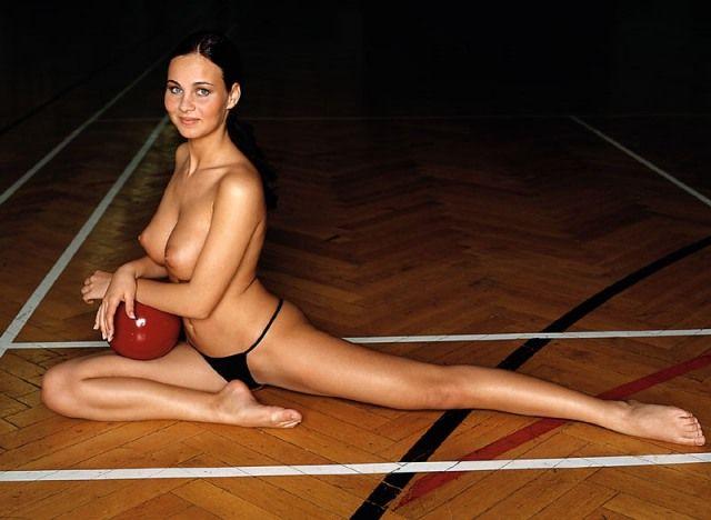 sportivnie-devushki-na-eroticheskoy-zaryadke-onlayn