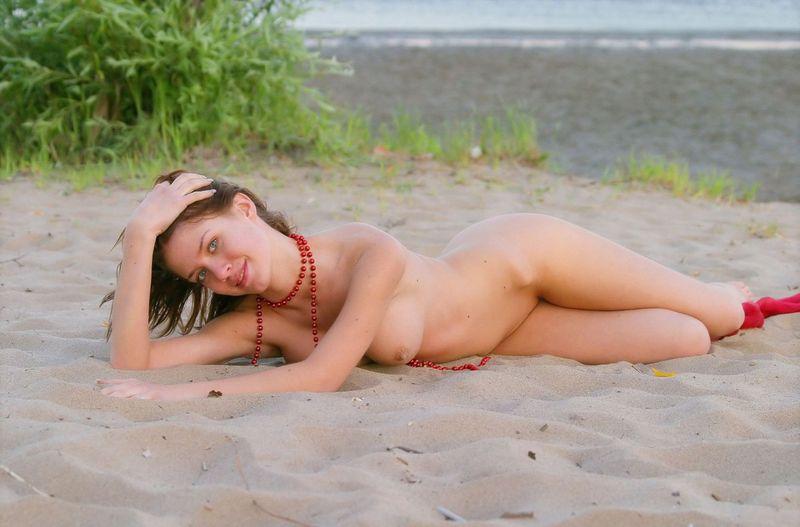 фото эротика русская брюнетка на берегу реки