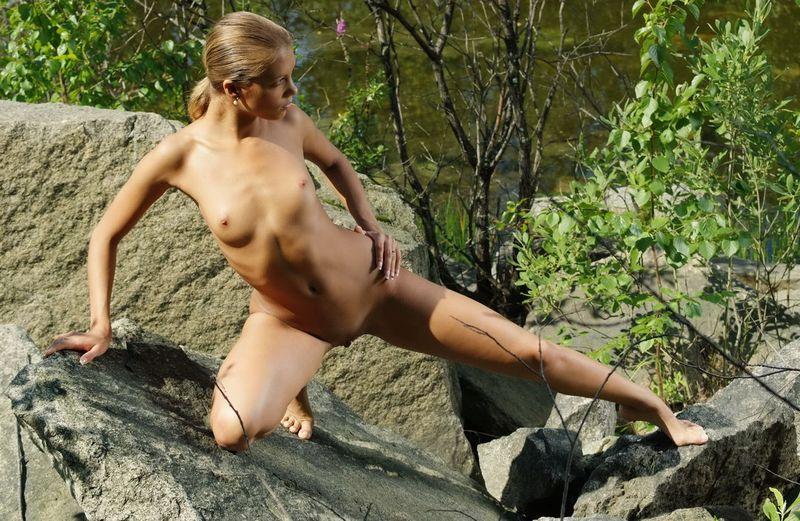 Www голая европейская девушка в лесу фото
