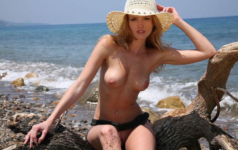 фото на диком пляже девушки