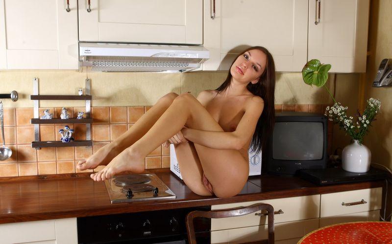 Видео первой голая брюнетка на кухонном столе эротика