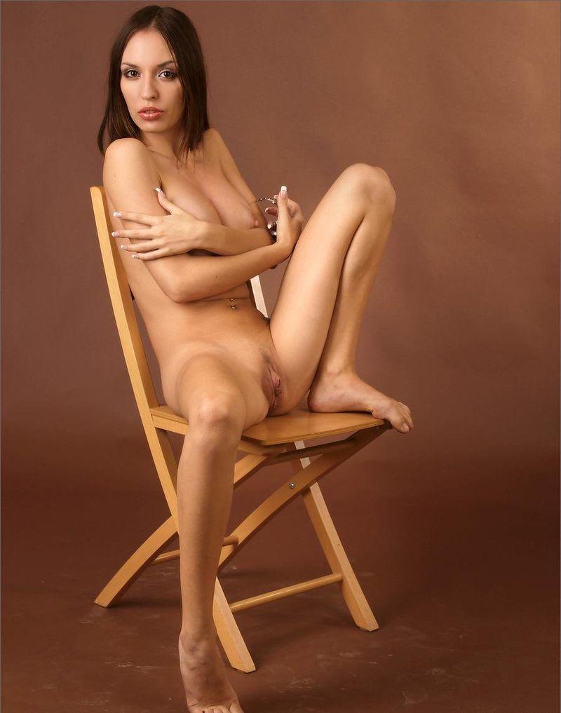 Голая девушка на стульчике, красивая эротика для секса