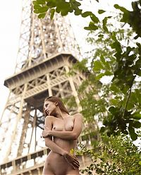 Babes: brunette girl in front of eiffel tower in paris