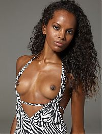 Nake.Me search results: black girl with curly hair undresses her swimsuit